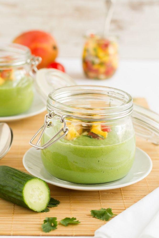 kalte Gurken-Avocadosuppe mit Mango-Salsa