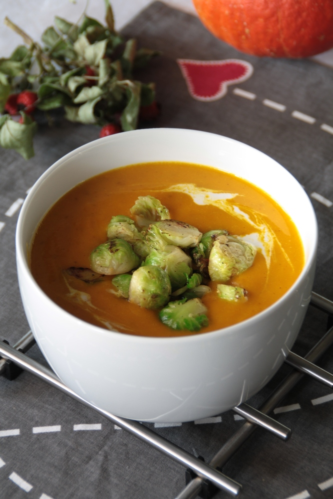 Kürbis-Apfel-Currysuppe mit Rosenkohl