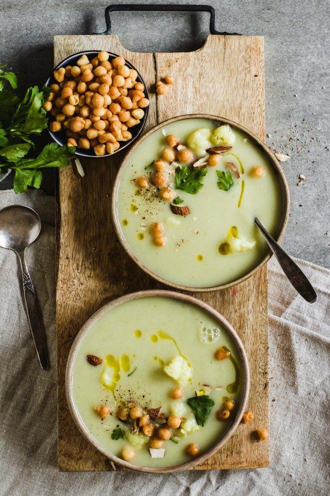 blumenkohl-suppe-mit-birnen-und-backerbsen