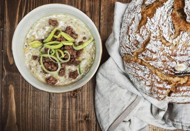 kaese-lauch-suppe-mit-hackfleisch-und-brot